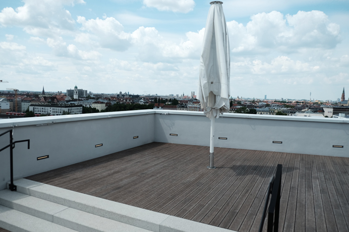 eine rooftop bar f r m nchen the lit roof two in a row. Black Bedroom Furniture Sets. Home Design Ideas